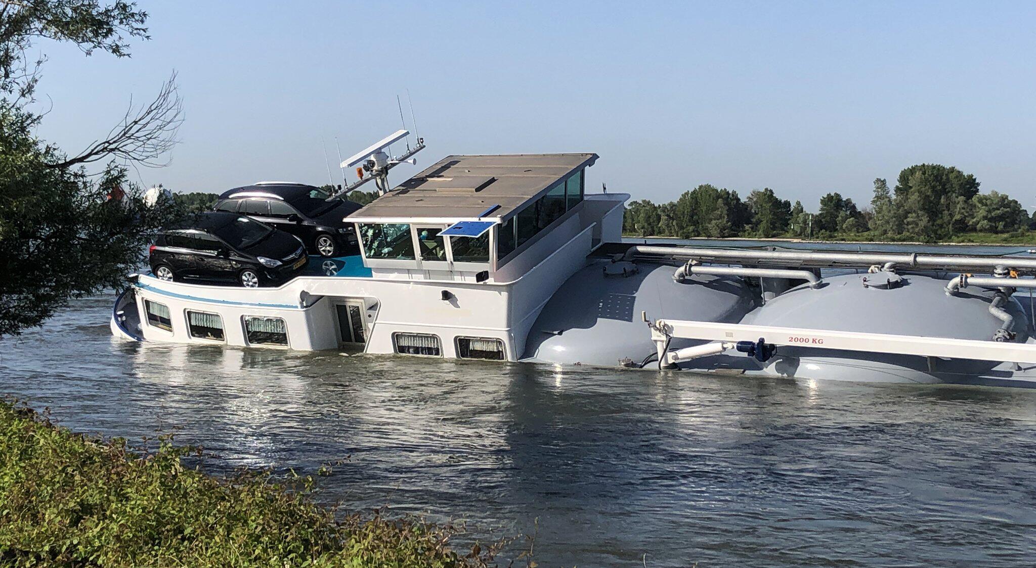 Bild zu Schiff auf dem Rhein havariert