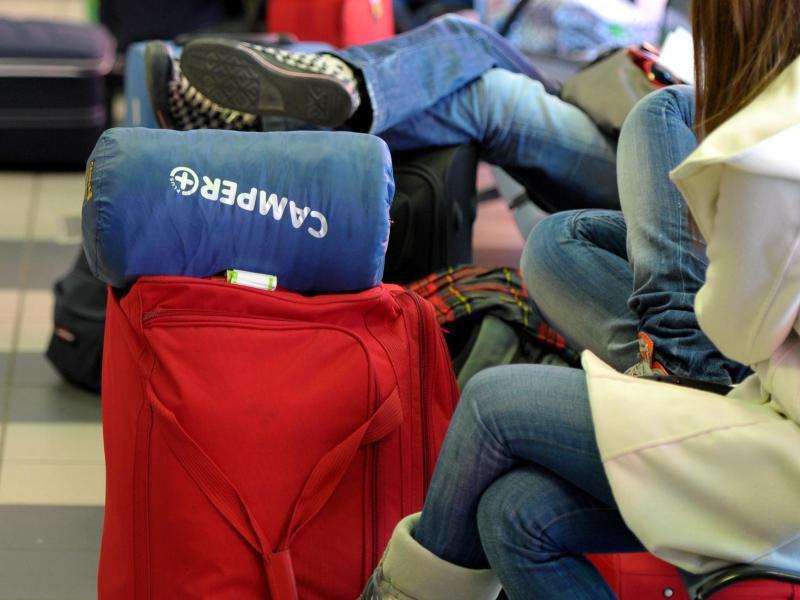 Bild zu Schüler warten mit gepackten Koffern