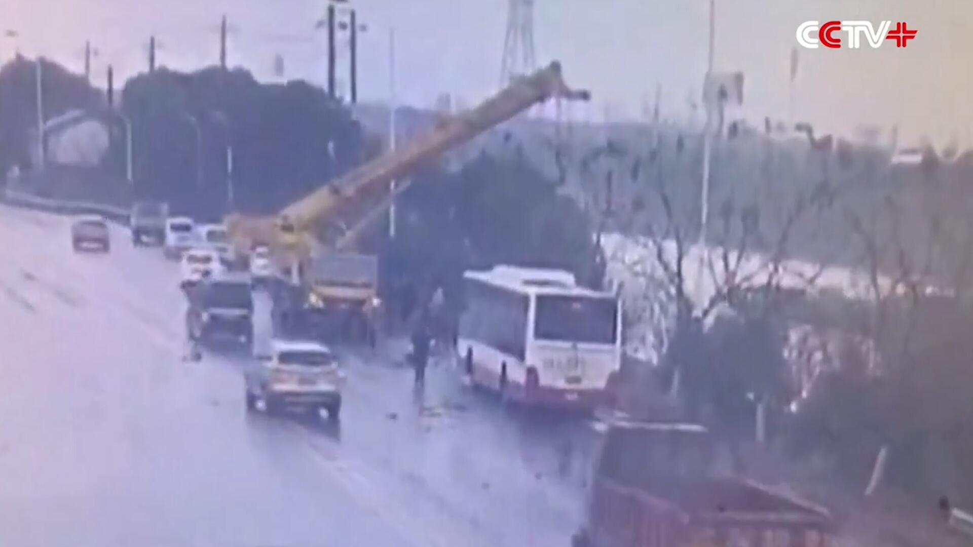 Bild zu Schnell reagiert: Kranführer rettet Insassen aus verunglücktem Bus