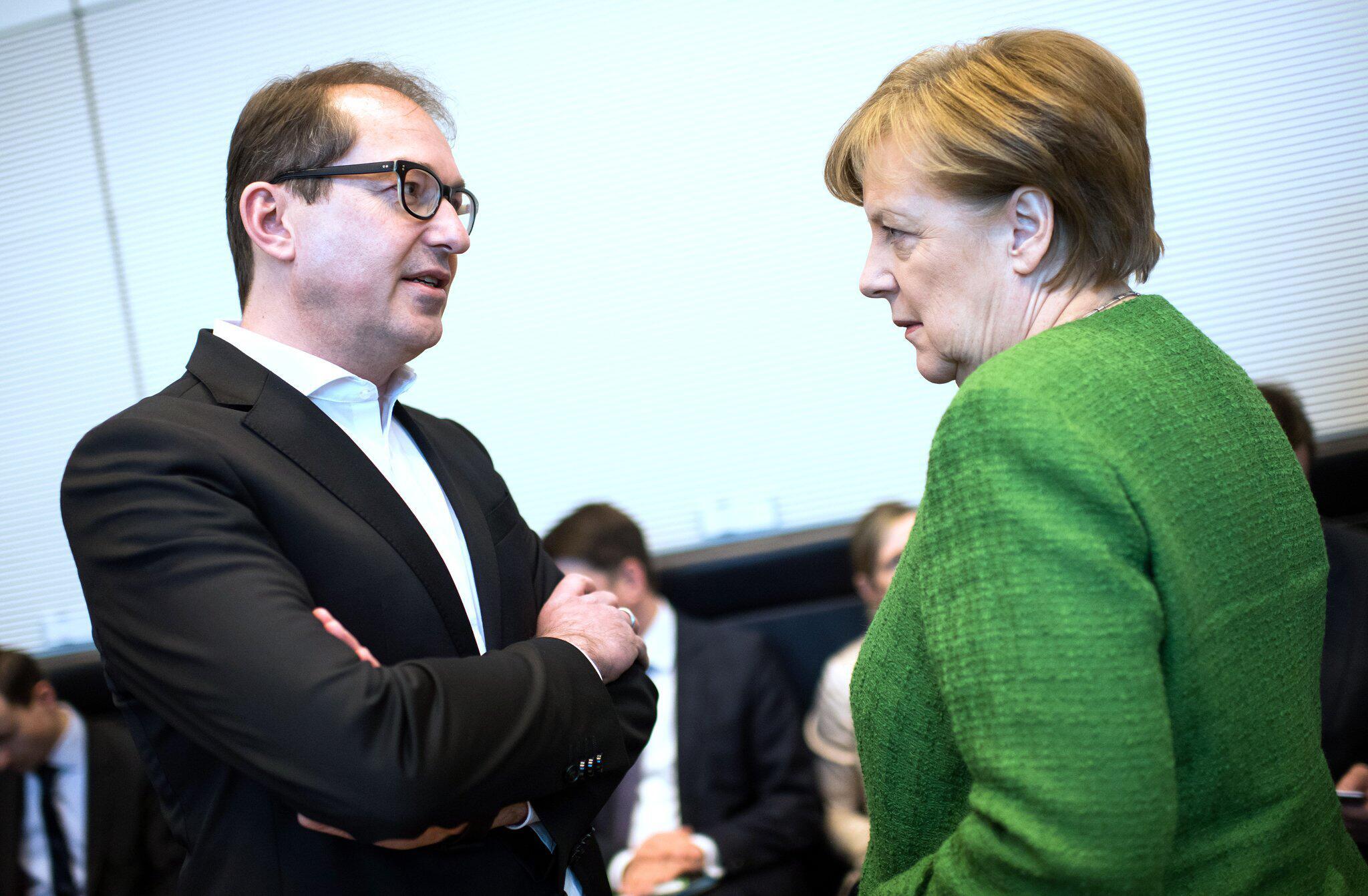 Bild zu Alexander Dobrindt und Angela Merkel