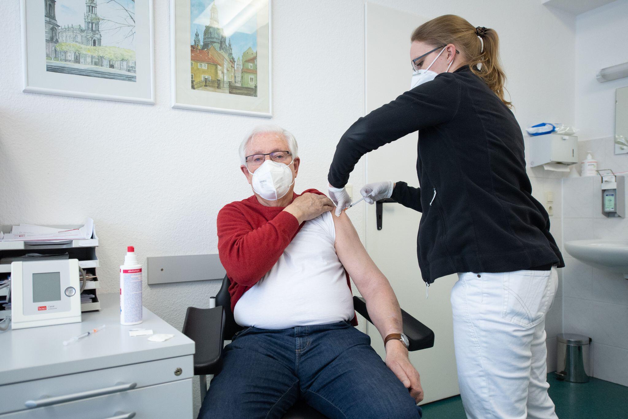Bild zu Coronavirus - Impfung in Hausarztpraxen