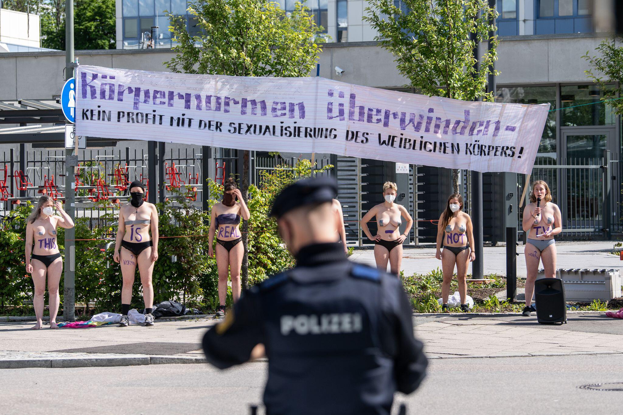 Frauen demonstrieren halbnackt gegen Germanys next