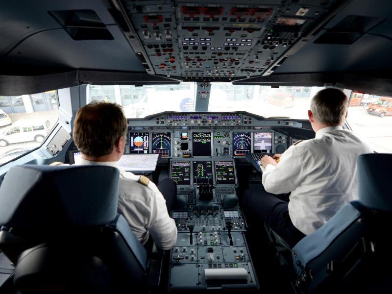 Bild zu Piloten in einem Cockpit