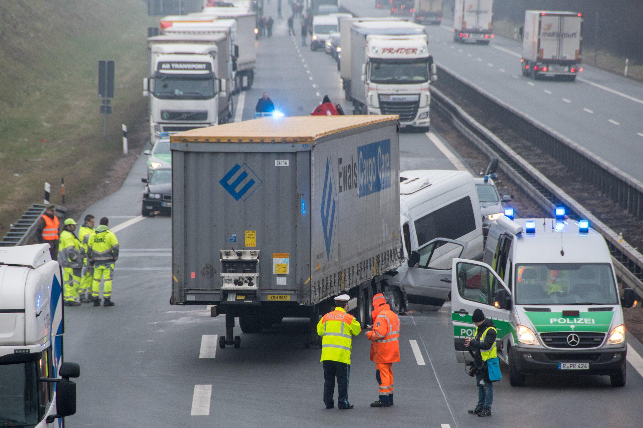 Bild zu A3 nach Unfallserie gesperrt - Elf Verletzte