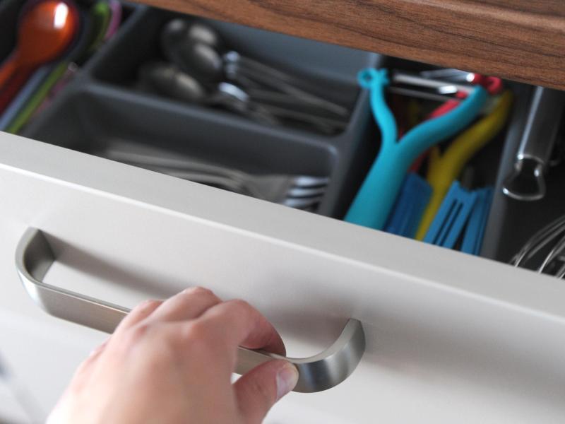 Bild zu Eine Frau öffnet die Küchenschublade