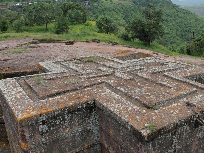 Bild zu Großes Kreuz aus Stein