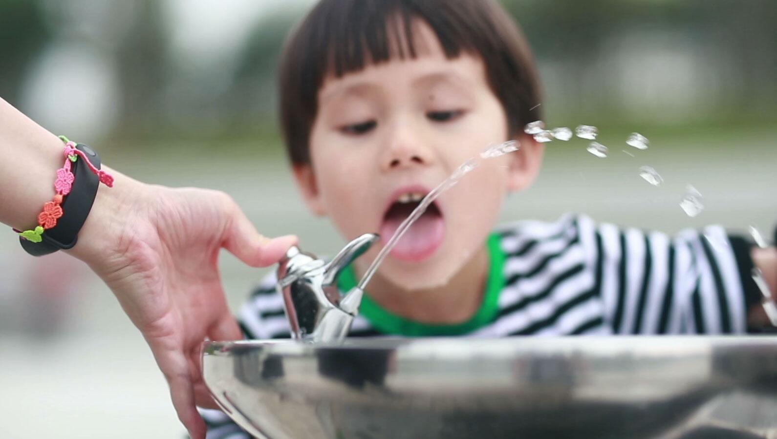Bild zu Trinkwasser, Trinkbrunnen, Kind