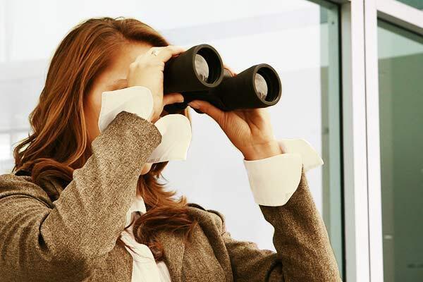 Bild zu Frau mit Fernglas