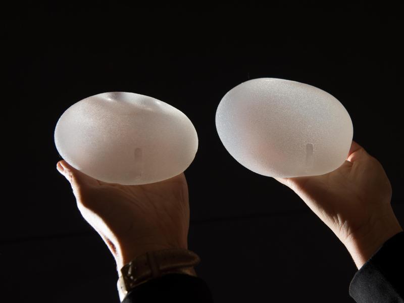 Bild zu Zwei Brustimplantate