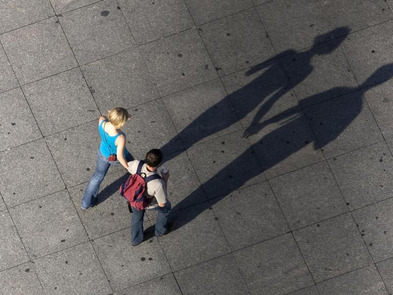 Bild zu Schatten eines laufenden Paares