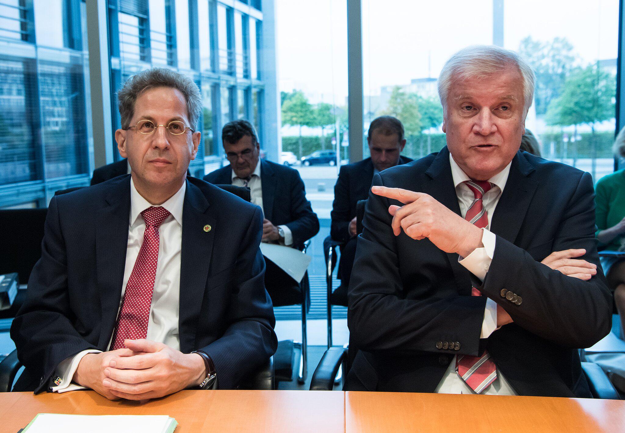 Bild zu Hans-Georg Maaßen und Horst Seehofer