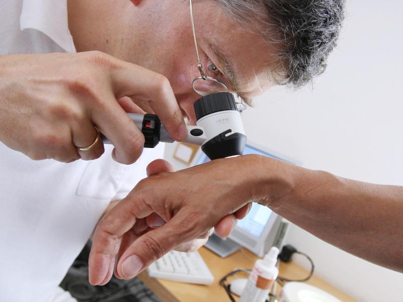 Bild zu Hautarzt bei der Untersuchung