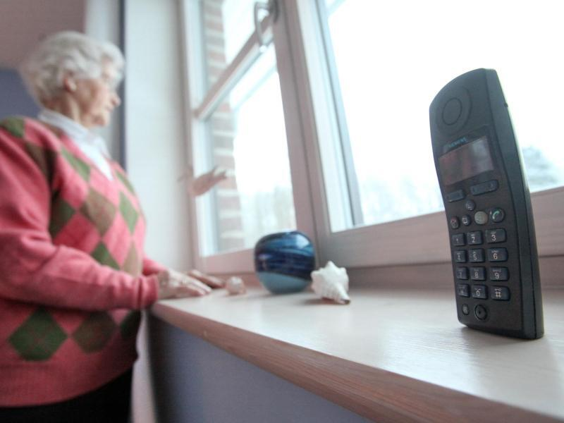 Bild zu Seniorin mit Telefon
