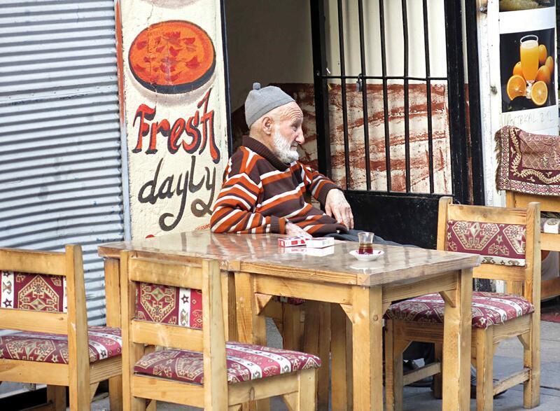 Bild zu Istanbul alter Mann trinkt Tee