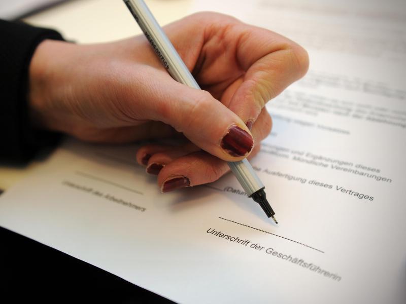 Bild zu Frau unterschreibt einen Vertrag