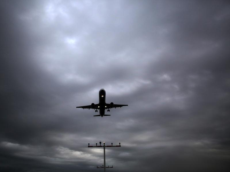 Bild zu Ein Flugzeug beim Landen