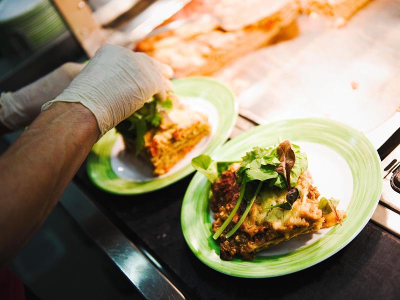 Bild zu «Lasagne mit Tofu-Salbei-Bolognese an Wildkräutern»