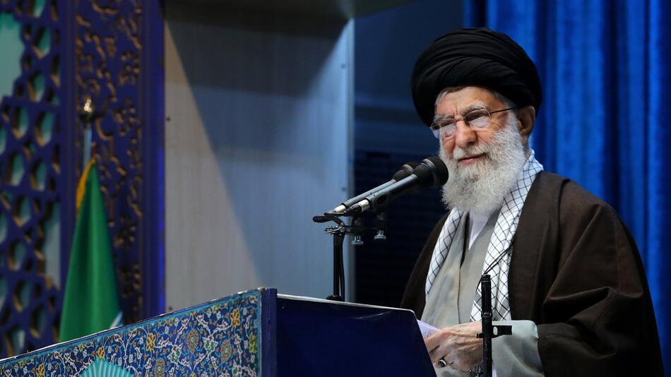 Iranischer Oberster Führer Chamenei leitet Gebete in Teheran