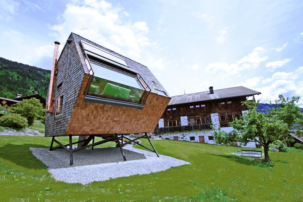 Bild zu Die extravagante Alpen-Hütte wurde auf Stelzen gebaut.