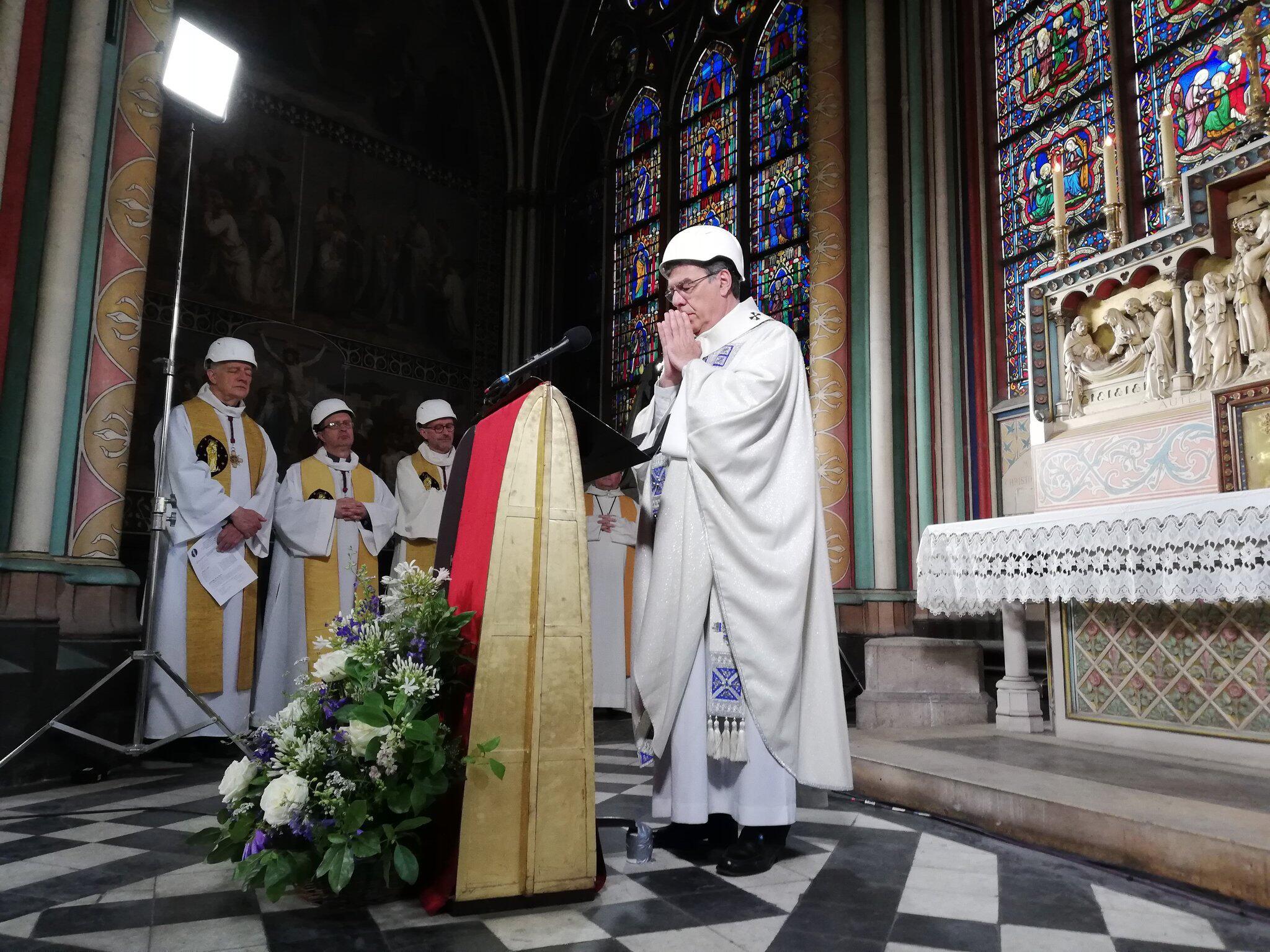 Bild zu Erste Messe nach Großbrand in Notre-Dame gehalten