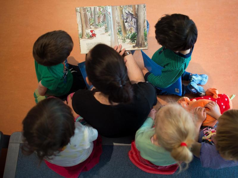 Bild zu Erzieher mit Kita-Kindern