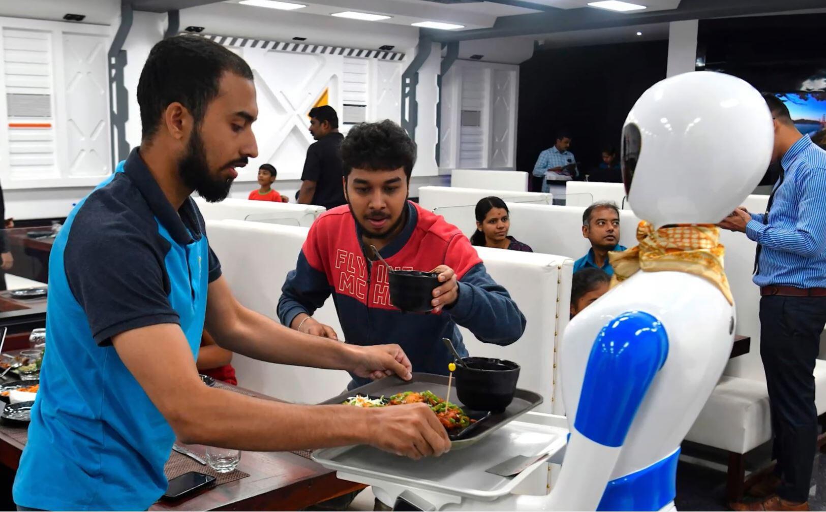 Bild zu Bangalore, Roboter, Kellner