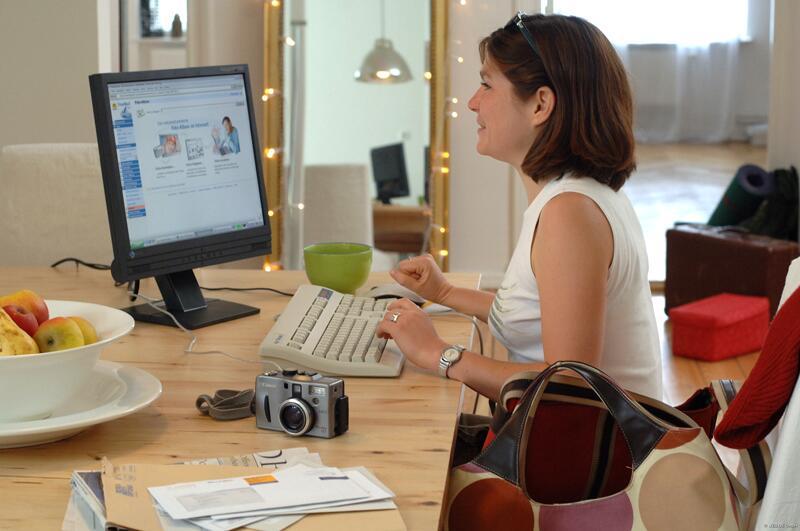 Bild zu Zwei Frauen mit Laptop