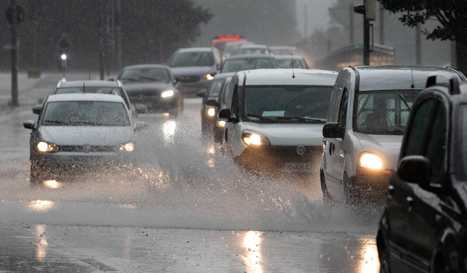 Bild zu Autos im Unwetter