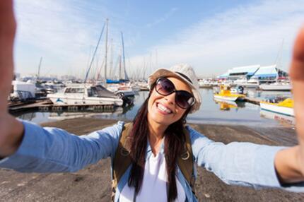 Selfie Frau am Hafen