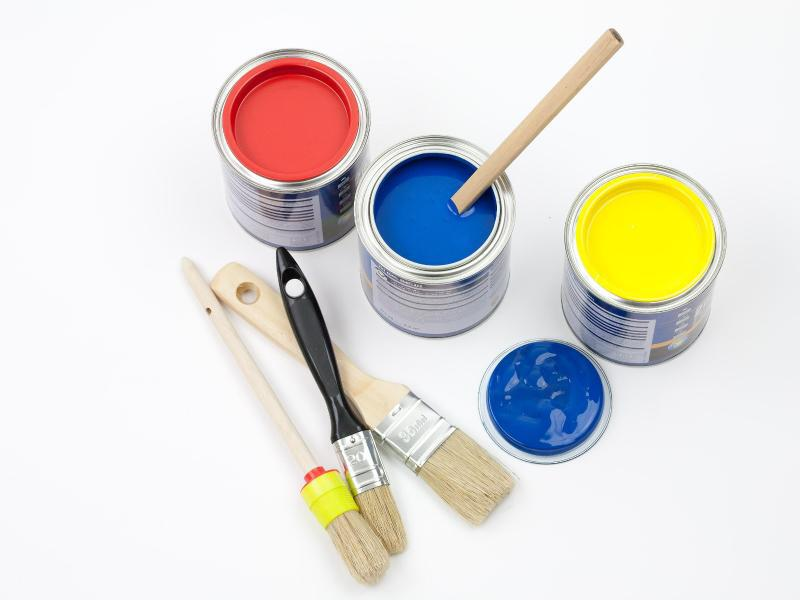 Bild zu Verschiedene Pinsel mit Farbe