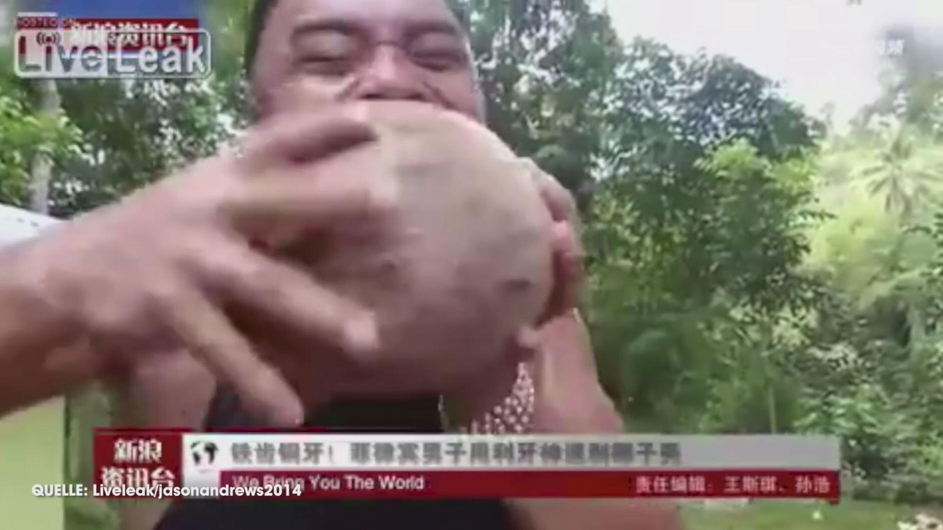 Bild zu Nicht nachmachen: Mann schält Kokosnuss mit bloßen Zähnen