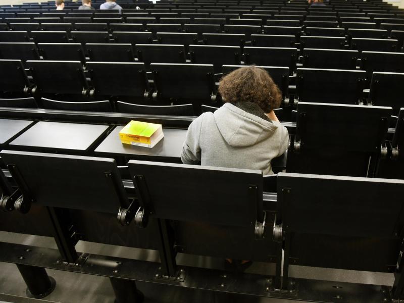 Bild zu Jura-Studentin in einem Hörsaal