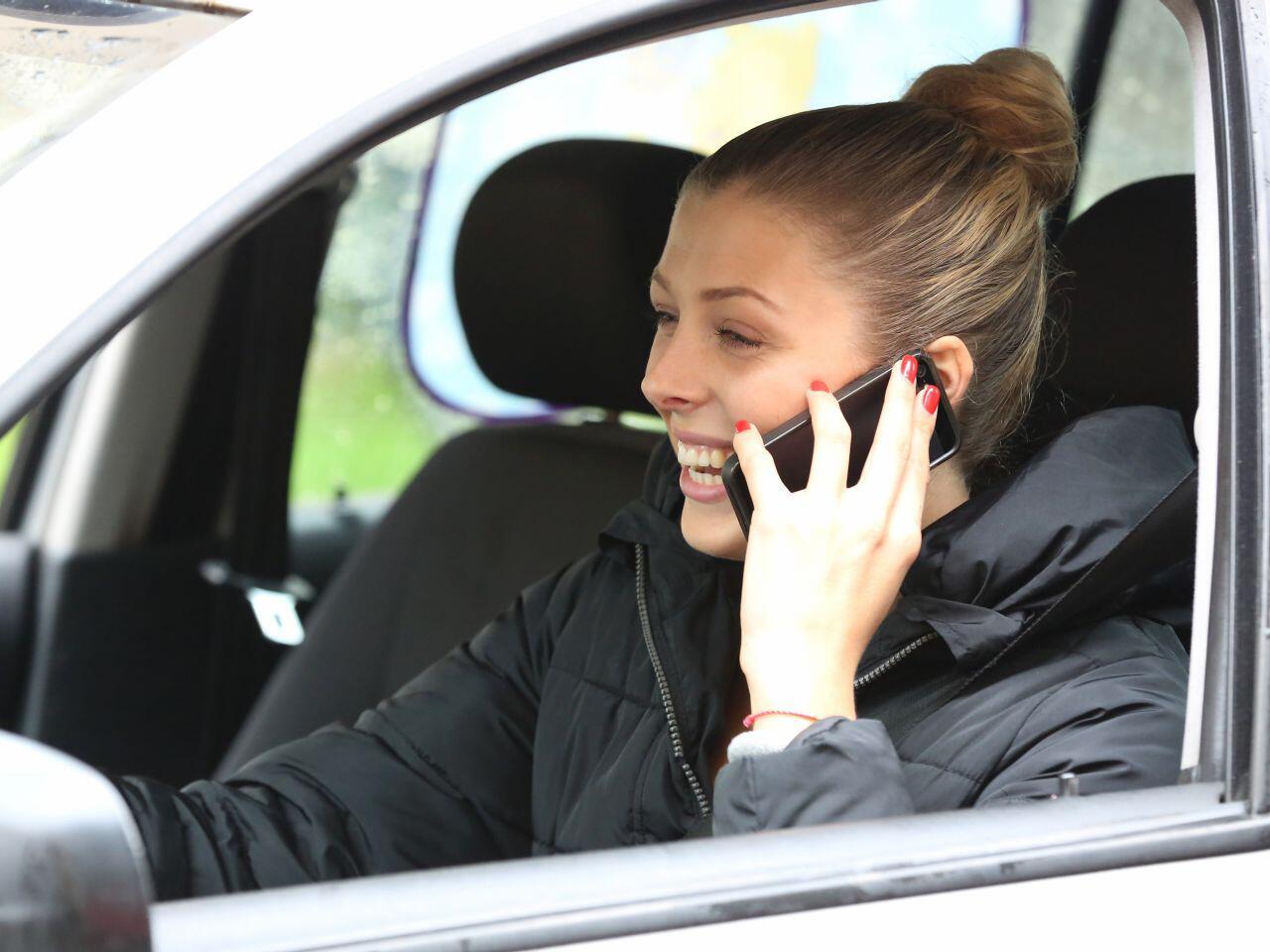 Bild zu Telefonieren am Steuer
