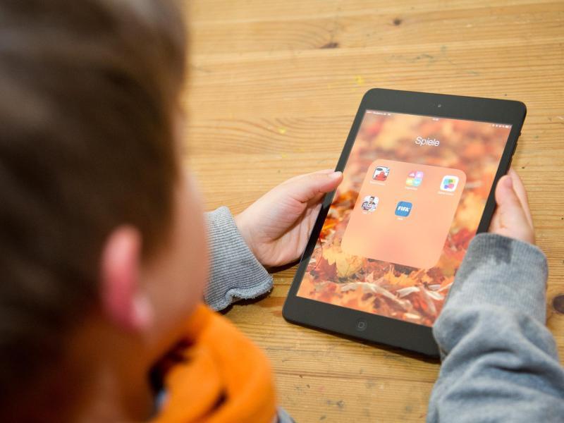 Bild zu Kind mit iPad