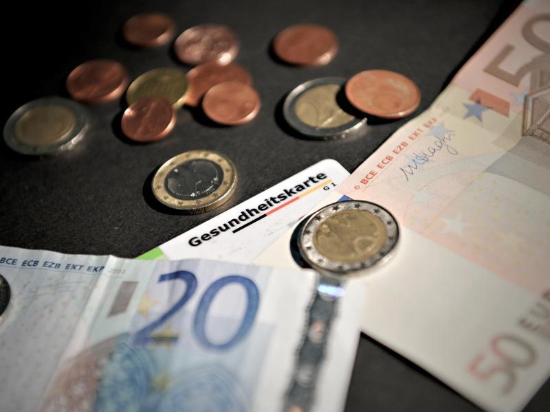 Bild zu Krankenversicherungskarte und Bargeld