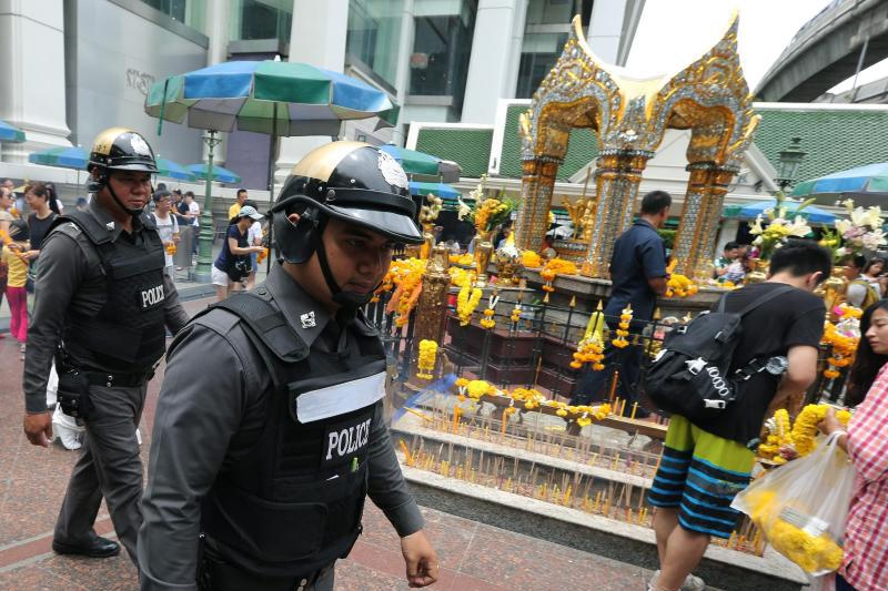 Polizisten patrouillieren durch Bangkok