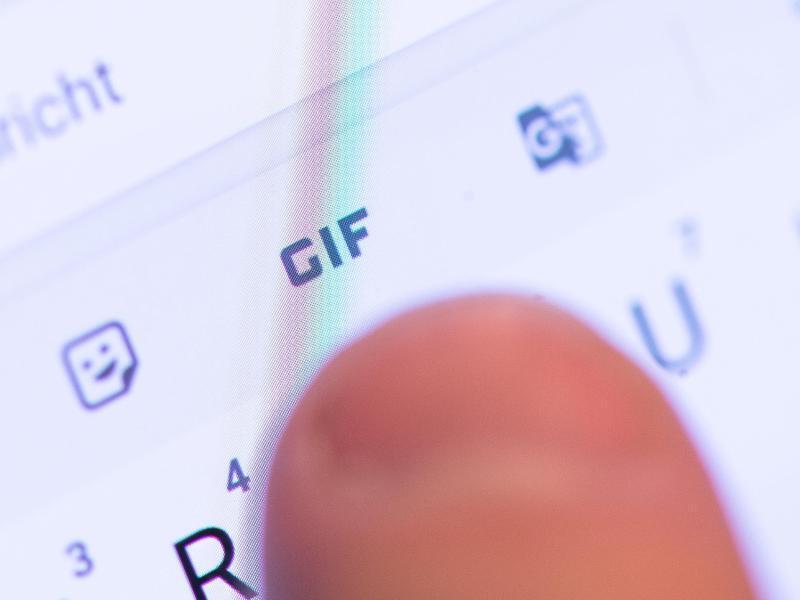 Bild zu Daumen auf Smartphone-Tastatur