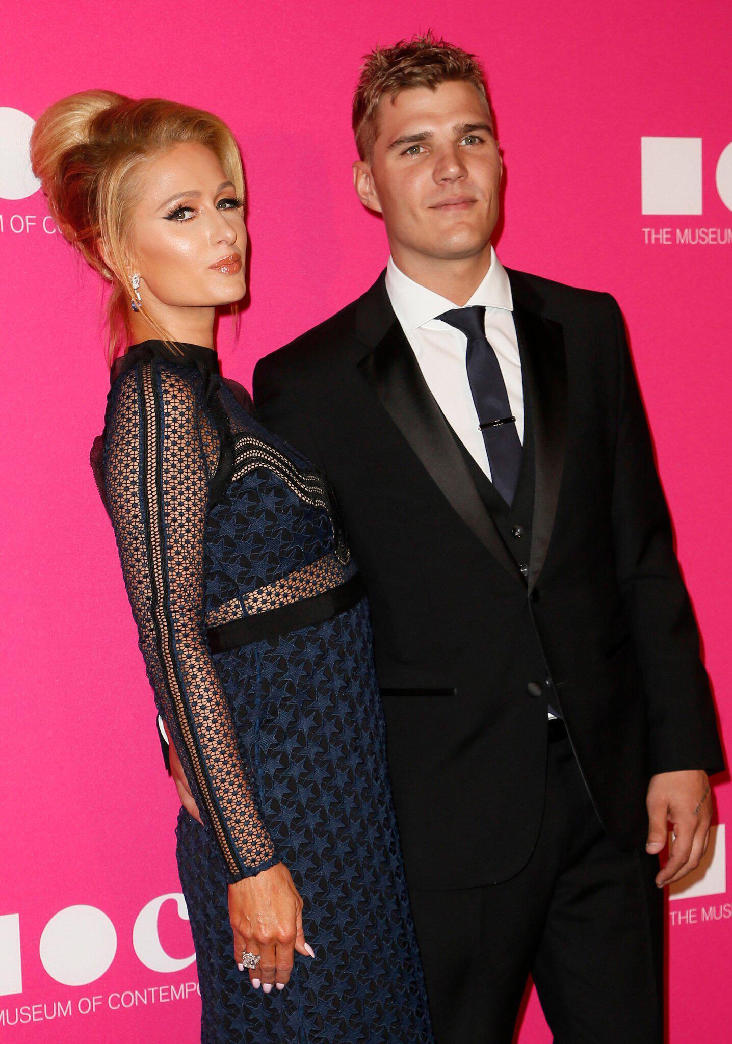 Bild zu Paris Hilton und Chris Zylka