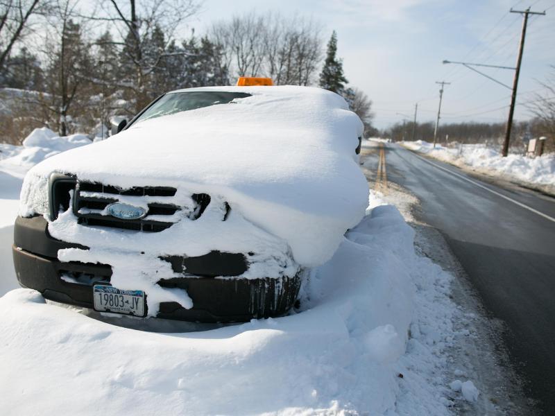 Bild zu Eingeschneites Auto nahe Buffalo