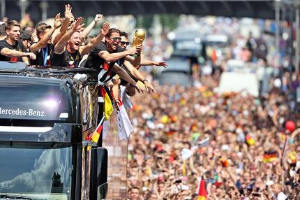 Roman Weidenfeller hat den Pokal fest im Griff