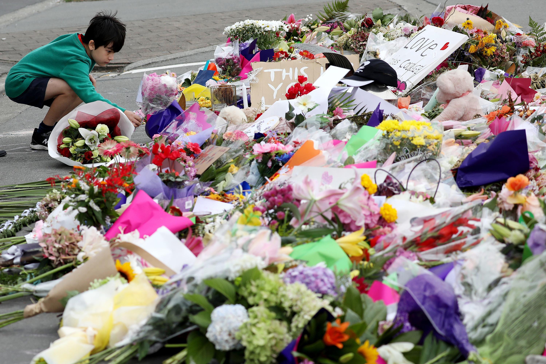 Bild zu Trauer, Blumen, Kind, Junge, Linwood, Moschee, Anschlag, Attacke, Terror, Neuseeland, Christchurch