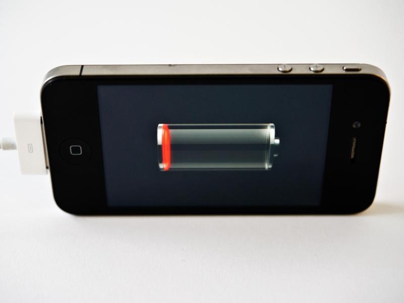 Bild zu Smartphone am Netz