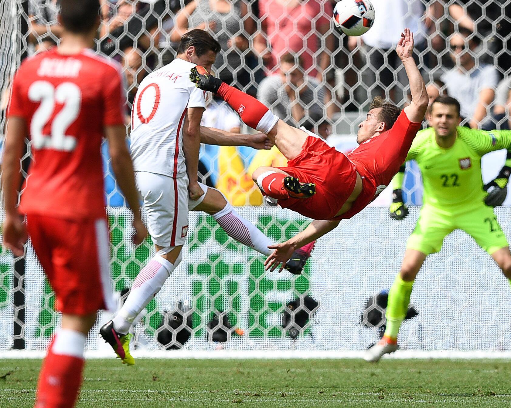 Bild zu Zum Genießen: Der sensationelle Treffer von Xherdan Shaqiri gegen Polen.