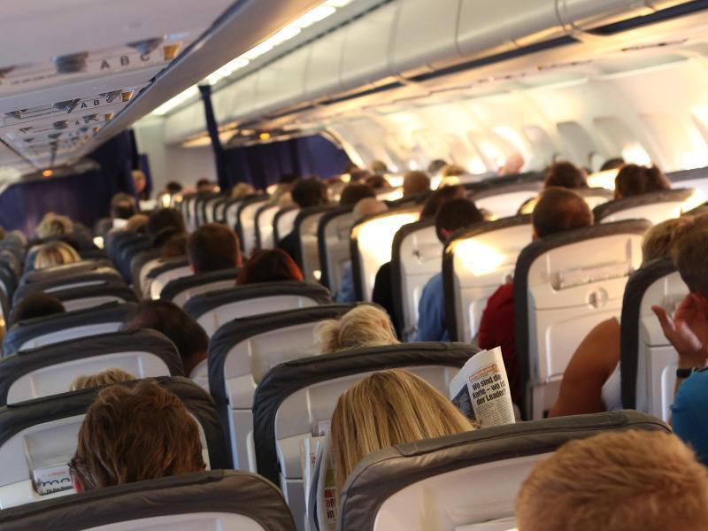 Bild zu Reisende im Flugzeug