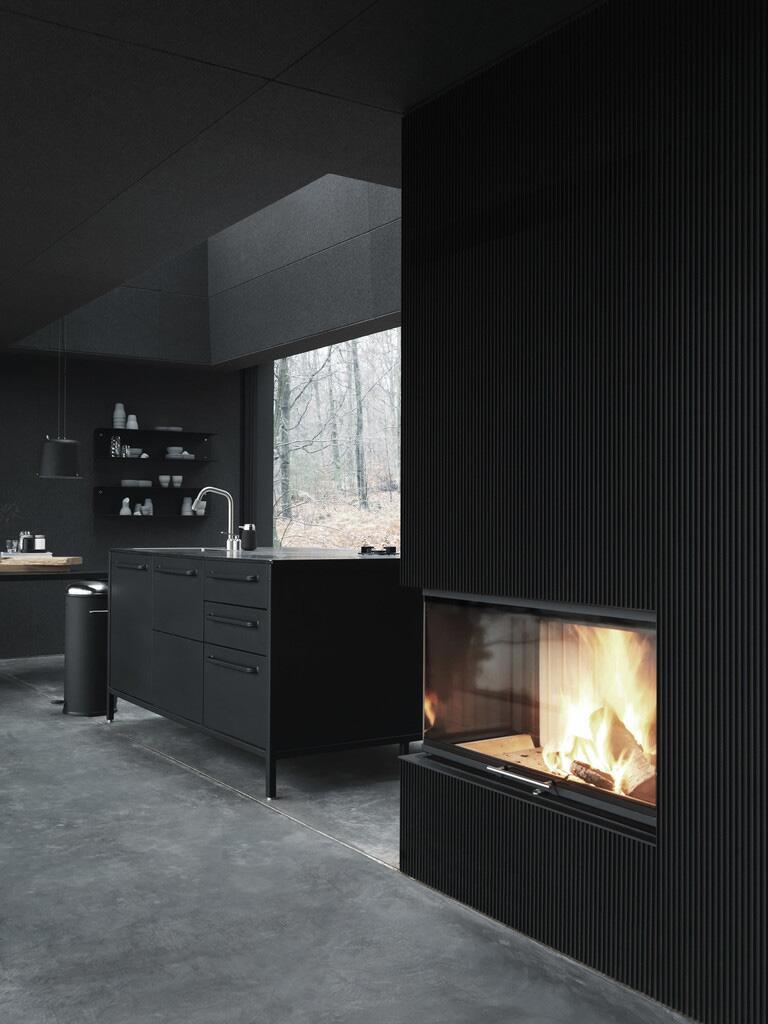 Bild zu Design-Haus in der Natur in Dänemark. Kamin und Küche.