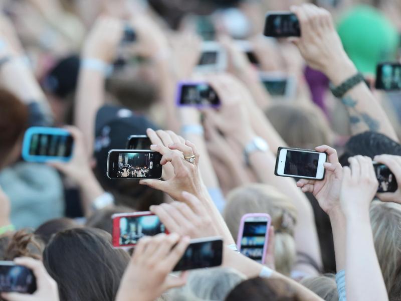Bild zu Handys auf Konzerten