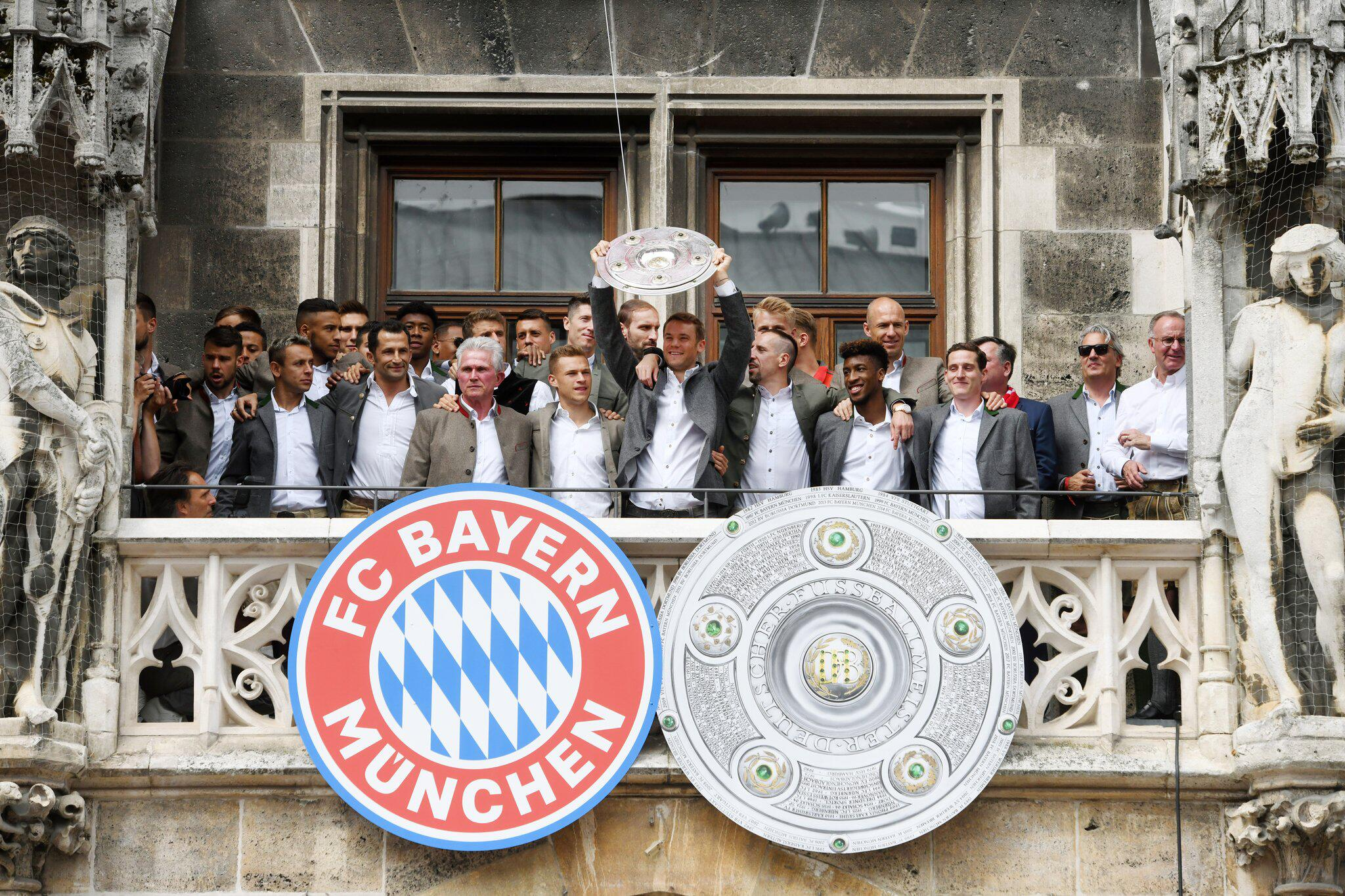 Bild zu Fußball: Balkonbesuch des FC Bayern München