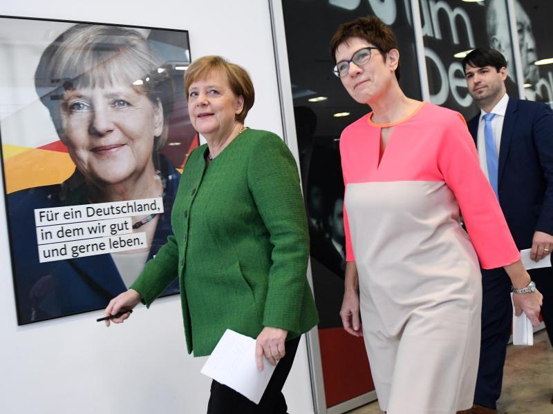 Bild zu Merkel und Kramp-Karrenbauer