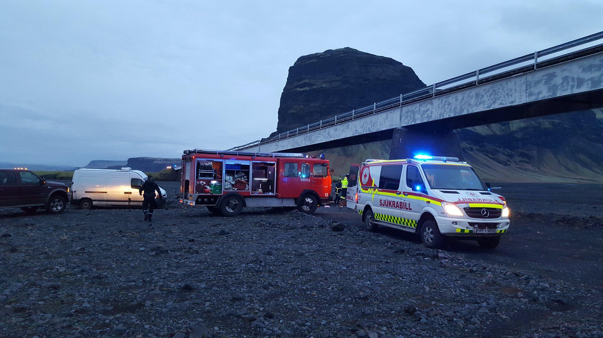 Bild zu Touristen stürzen mit Auto von Brücke