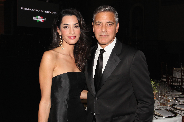 Bild zu Amal und George Clooney bei einer Veranstaltung in Italien